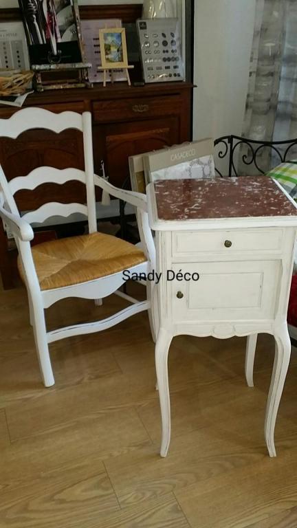 Relooking en Blanc fauteuil et Chevet ancien.