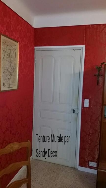 Finitions encadrements de portes , bois coupé sur mesure et peint en blanc.