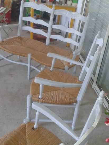 Banquette et ses deux fauteuils.Apres gris perlé patiné blanc