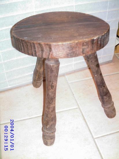 Tabouret ancien en bois.