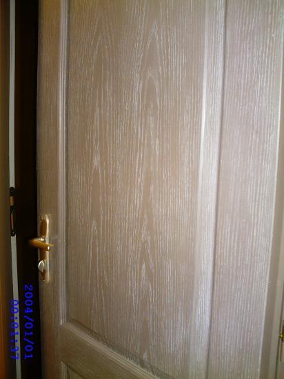 Porte de couloir de couleur taupe effet patin e blanc for Porte couleur taupe