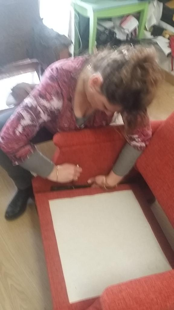 Sandy effectuant la refection d'un Fauteuil confortable moderne